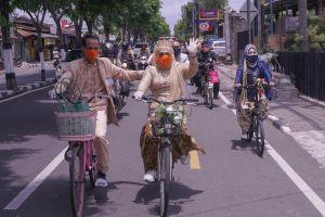 4 Pasang pengantin asal Yogyakarta ini menikah di atas sepeda onthel