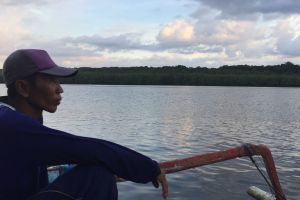 Naik perahu nelayan, ini 5 potret senja kala di Sungai Segara Anakan