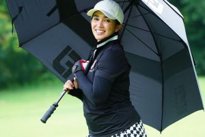 6 Potret Ussy Sulistiawaty saat main golf, bugar dan menawan