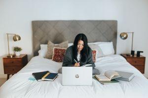 Sering bekerja di atas tempat tidur? Waspadai 5 dampak buruknya