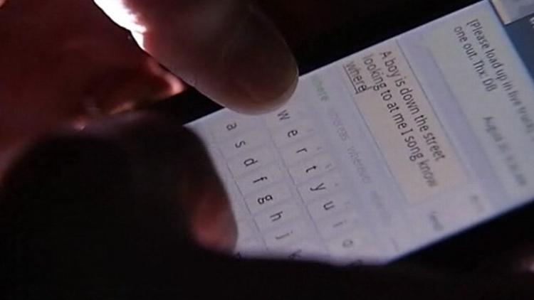 Mengenal sleep texting, gangguan orang yang suka bawa HP saat tidur