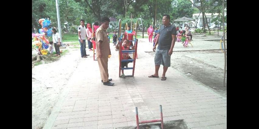 Perosotan anak di taman digondol maling ini bikin geregetan