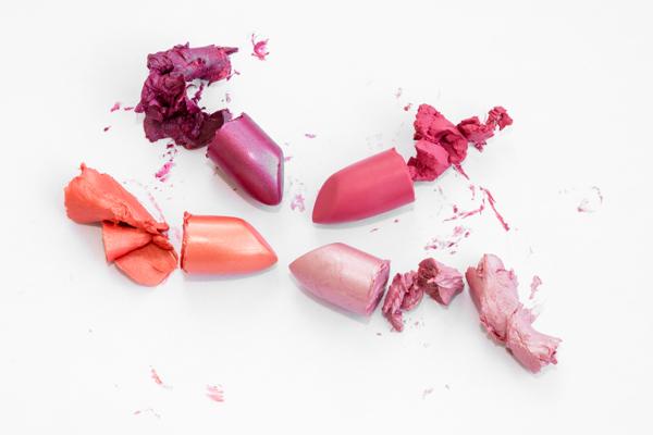 Wow, 5 langkah ini bisa ubah lipstikmu yang patah jadi seperti baru!