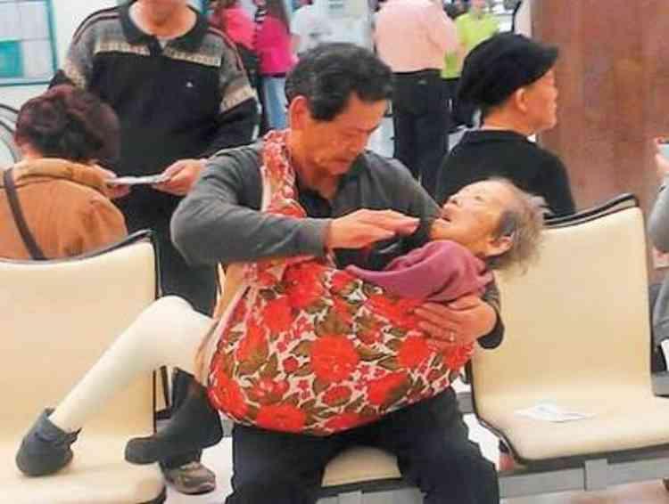 Kembali viral foto anak gendong sang ibu, faktanya bikin terenyuh