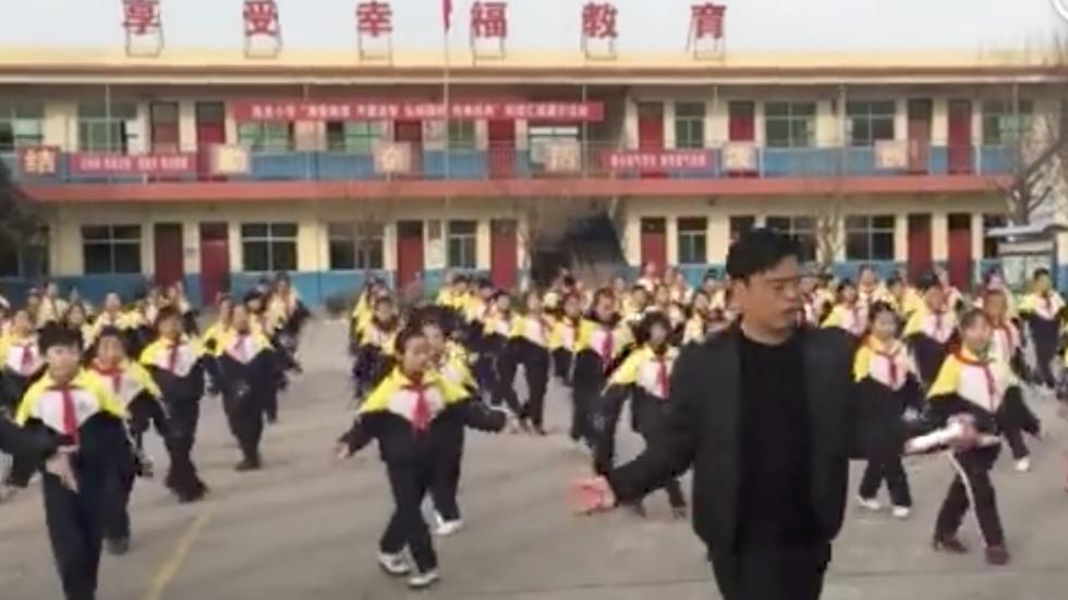 Seorang kepala sekolah di China menari shuffle dance dengan muridnya
