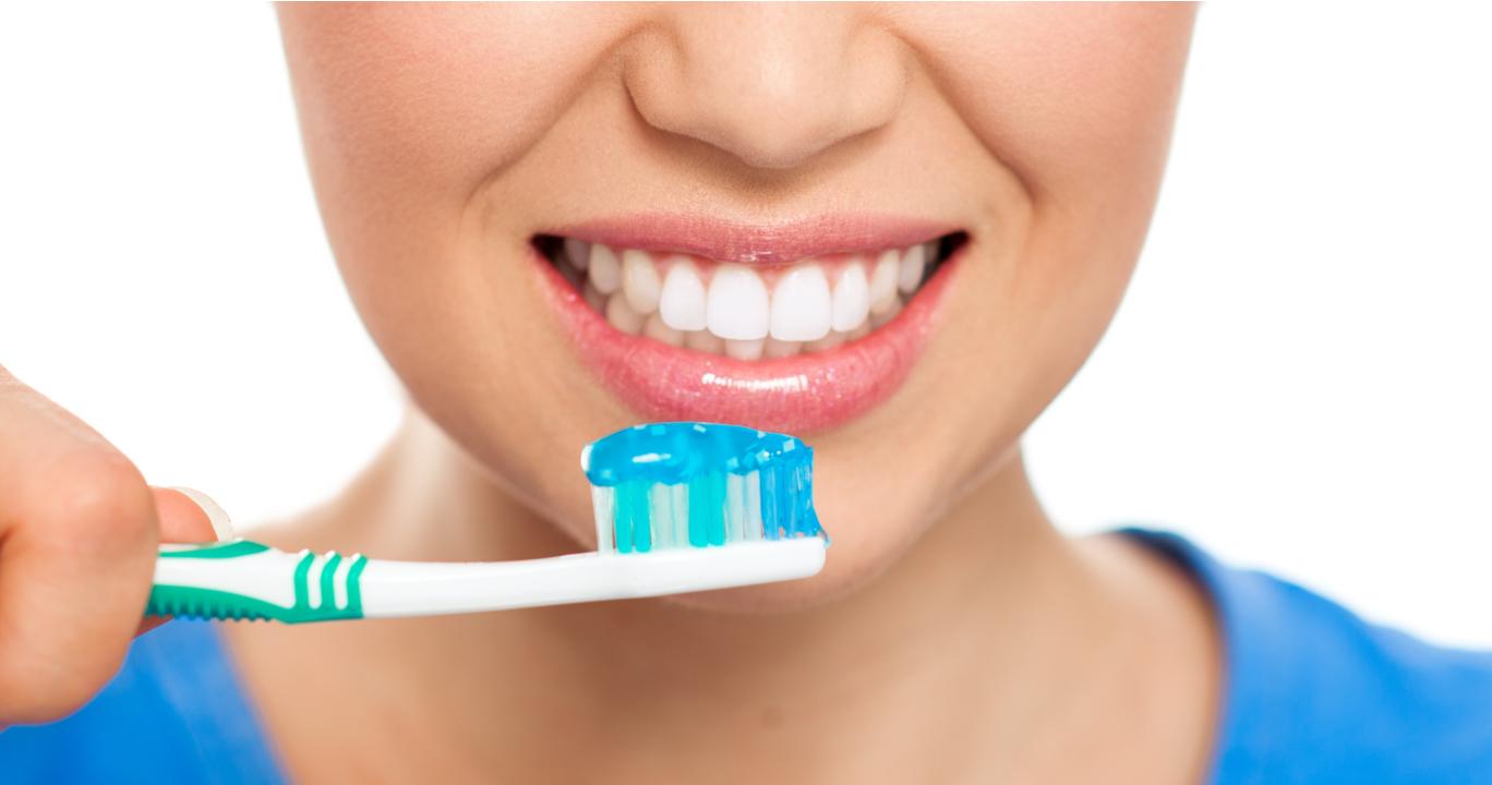 6 Cara Mudah Bikin Gigi Kuning Jadi Putih Kembali Biar Makin Men