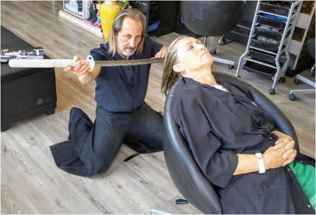 Salon ini gunakan pedang samurai untuk memotong rambut pelanggannya