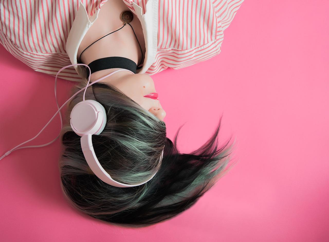 3 Tips Aman Memakai Earphone Dan Headset Agar Telinga Tetap