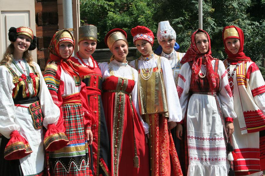 Pakaian tradisional dari 7 negara di Eropa ini keren banget