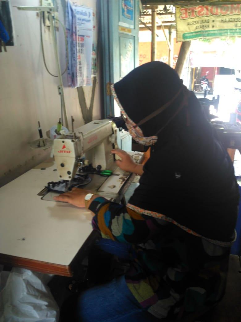Cegah penyebaran Covid-19, warga Desa Sawit produksi APD mandiri