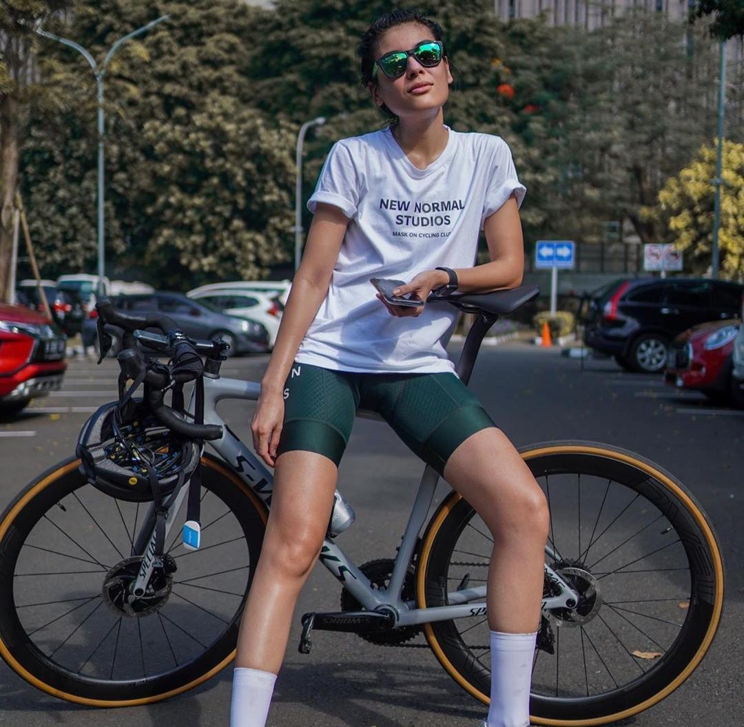 9 Potret Sigi Wimala saat bersepeda, rahasia tetap sehat dan buga