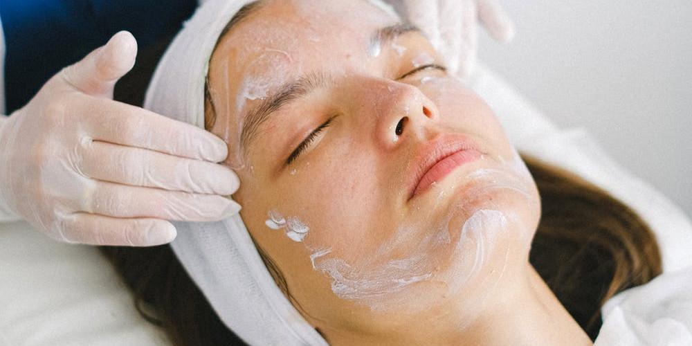 5 Manfaat pijat wajah untuk kesehatan, kulit cerah hingga usir stres