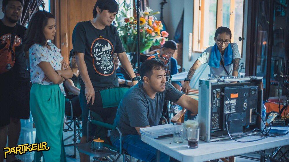 Pandji terlihat serius dalam menyutradarai film pertamanya (credit : cdn.brilio.net)