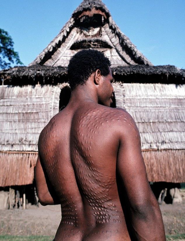 Unik, negara ini punya ritual lukai kulit hingga mirip kulit buaya