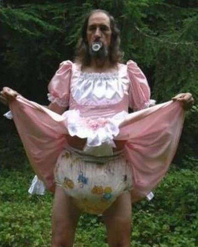 12 Foto bapak-bapak dengan kostum kocak ini absurd abis