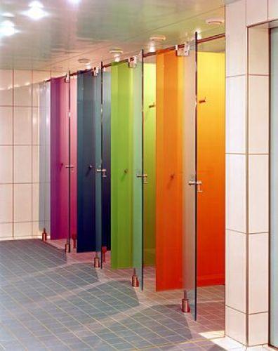 6 Alasan kenapa pintu toilet umum bentuknya cuma separuh
