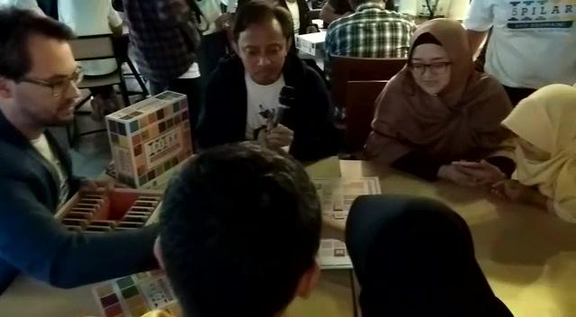 peter memainkan game 5 pilar dengan pengunjung