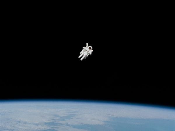 Astronot di luar angkasa