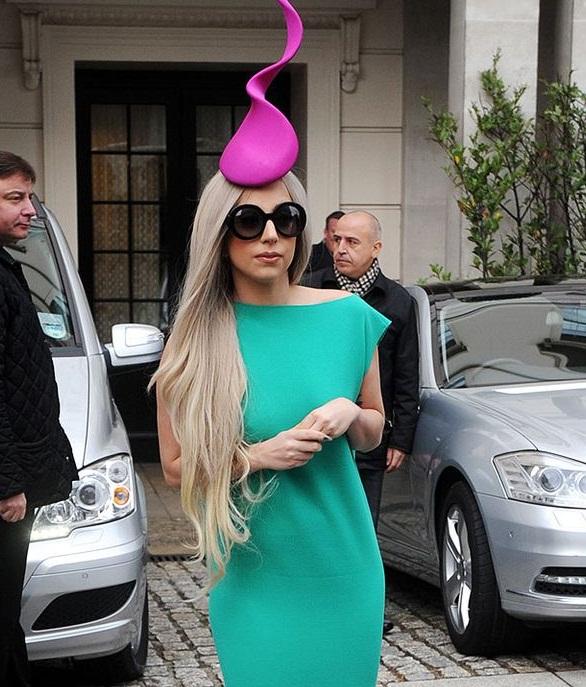 Nyentrik dan unik, 12 gaya berpakaian Lady Gaga ini bikin ...