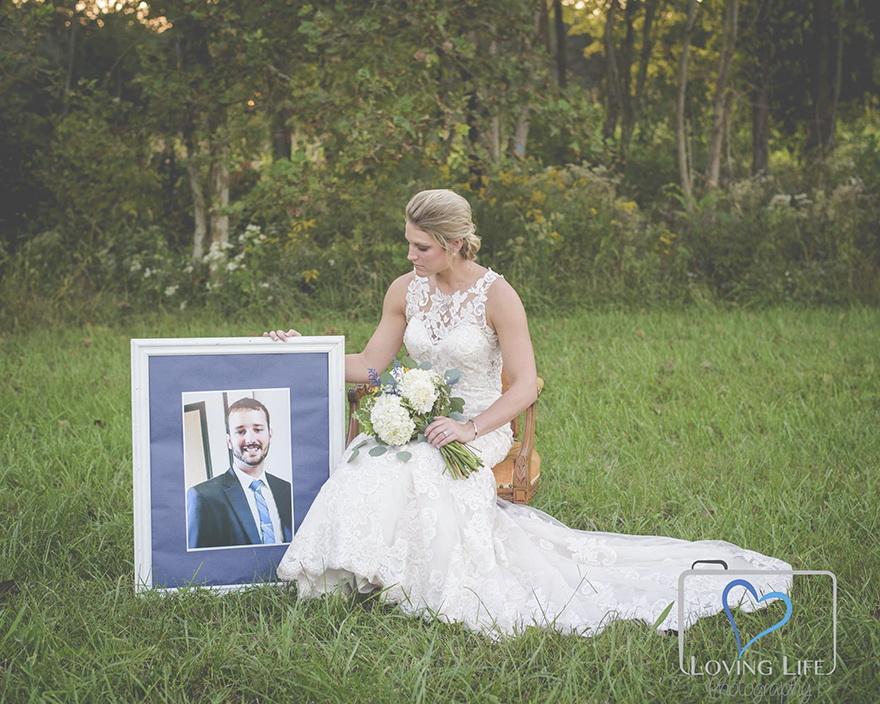 Sumber : www.petapixel.com/2018/10/13/a-widowed-brides-wedding-photos-with-her-groom/