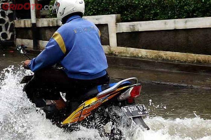 Musim hujan, 3 hal ngeselin ini sering dirasakan oleh pengendara motor