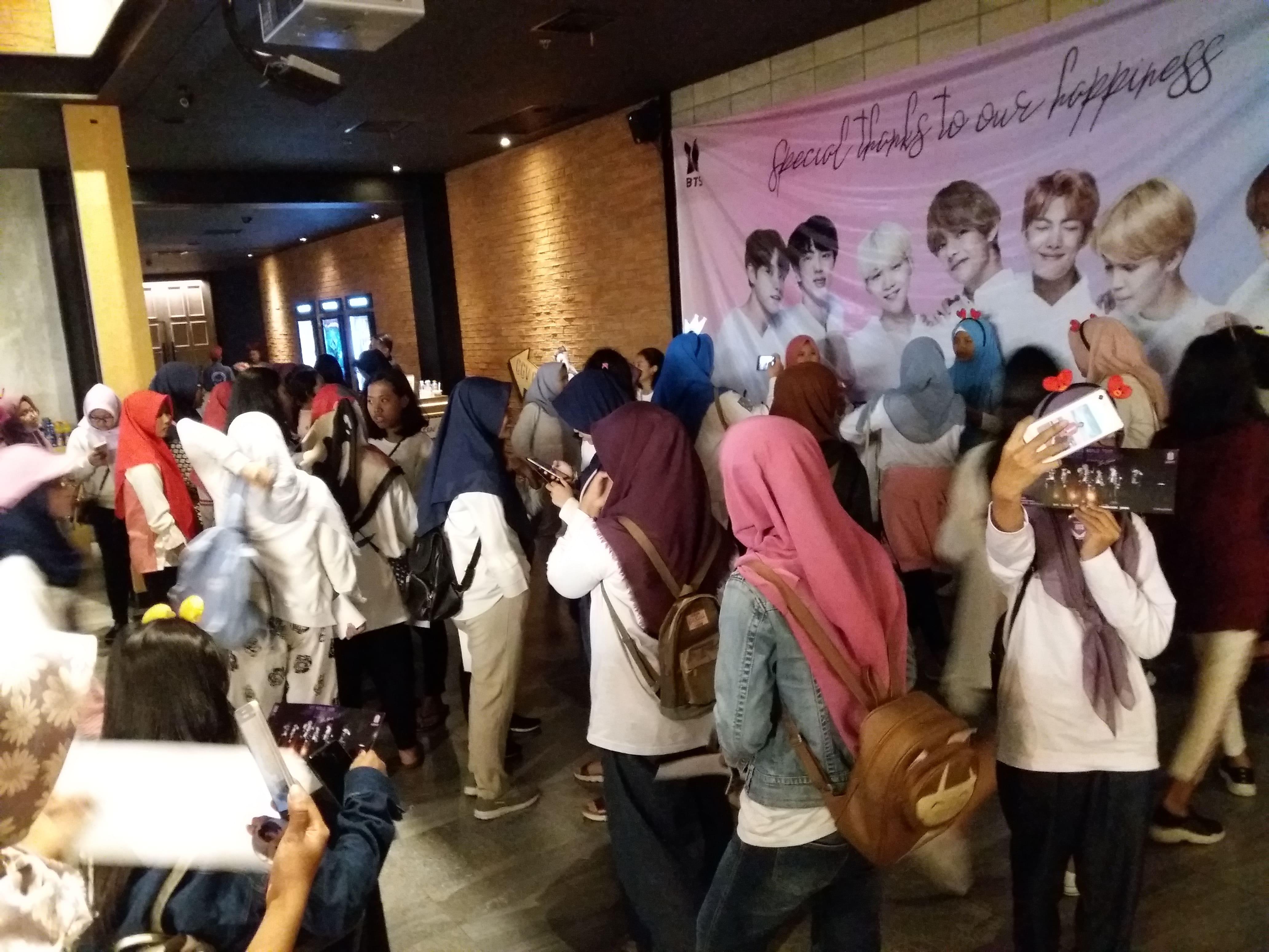 Keseruan nobar 'BTS World Tour: Love Yourself in Seoul' di Mojokerto