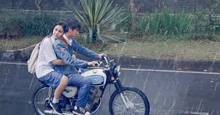 Enak pacaran naik motor atau mobil? Ini perbandingannya