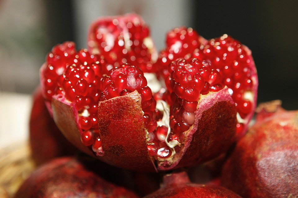 delima https://pixabay.com/photos/pomegranate-open-cores-fruit-196800/