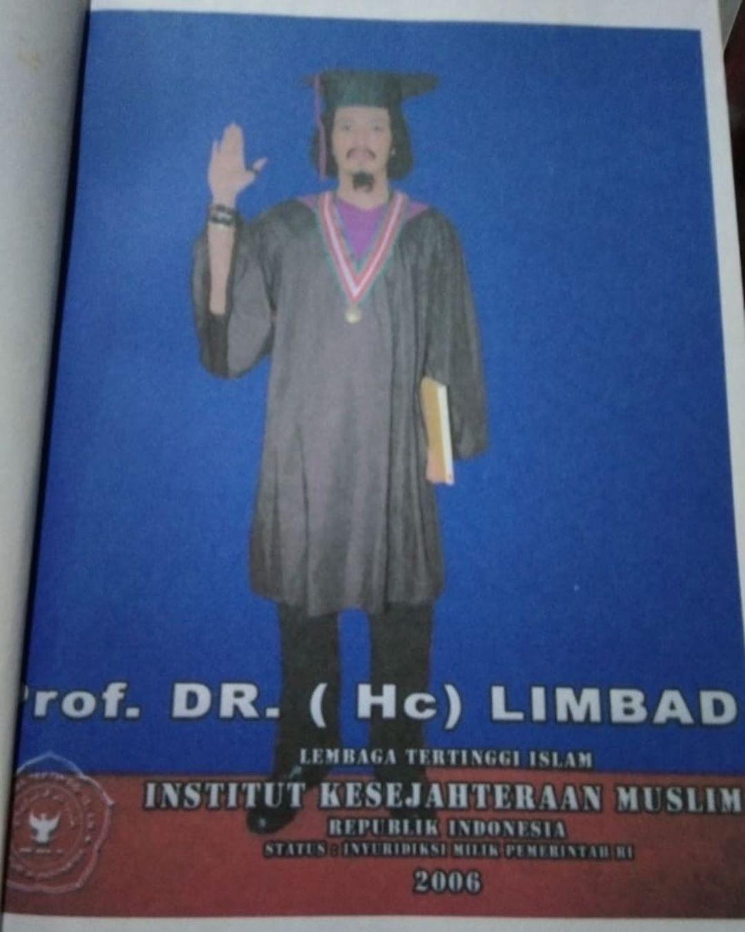 foto Master Limbad mengenakan toga/instagram:limbadindonesia