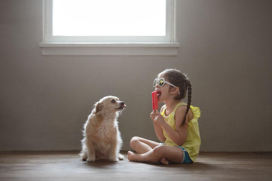 Ibu ini dokumentasikan persahabatan sang putri dengan anjing mereka