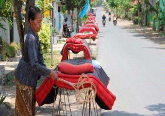 Foto Salah Satu Warga Kemiren Sedang Menjemur Kasur.