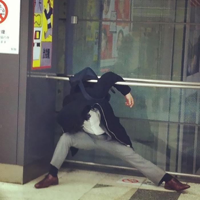 7 Potret orang tidur di tempat umum ini bakal bikin kamu ngakak