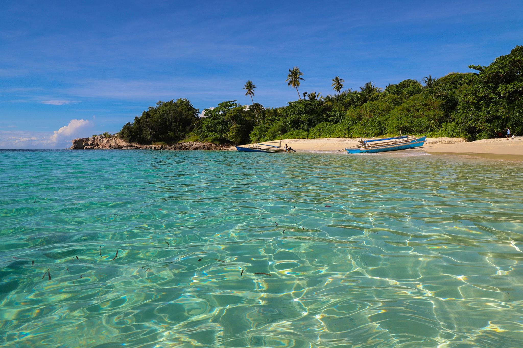 Pantai ini memiliki air yang sangat jernih hingga seperti cermin langit. (Foto:Ivan Assa)