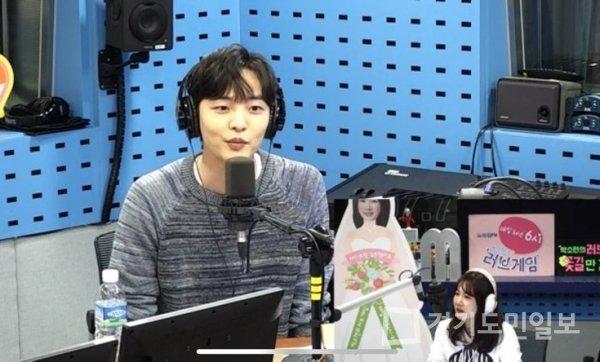 Kim Minjae menjadi bintang tamu di acara radio yaitu SBS Power FM Park Sohyun.