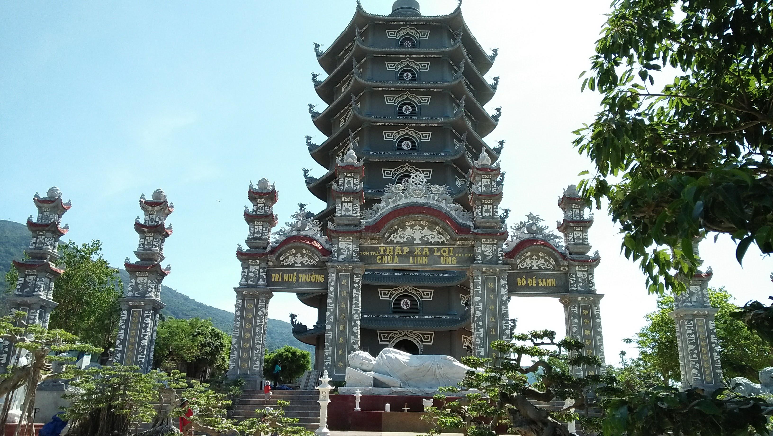Pagoda yang bersebelahan dengan pantai My Khe