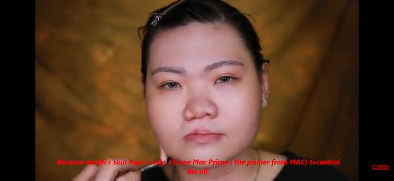 Trang menggunakan concealer