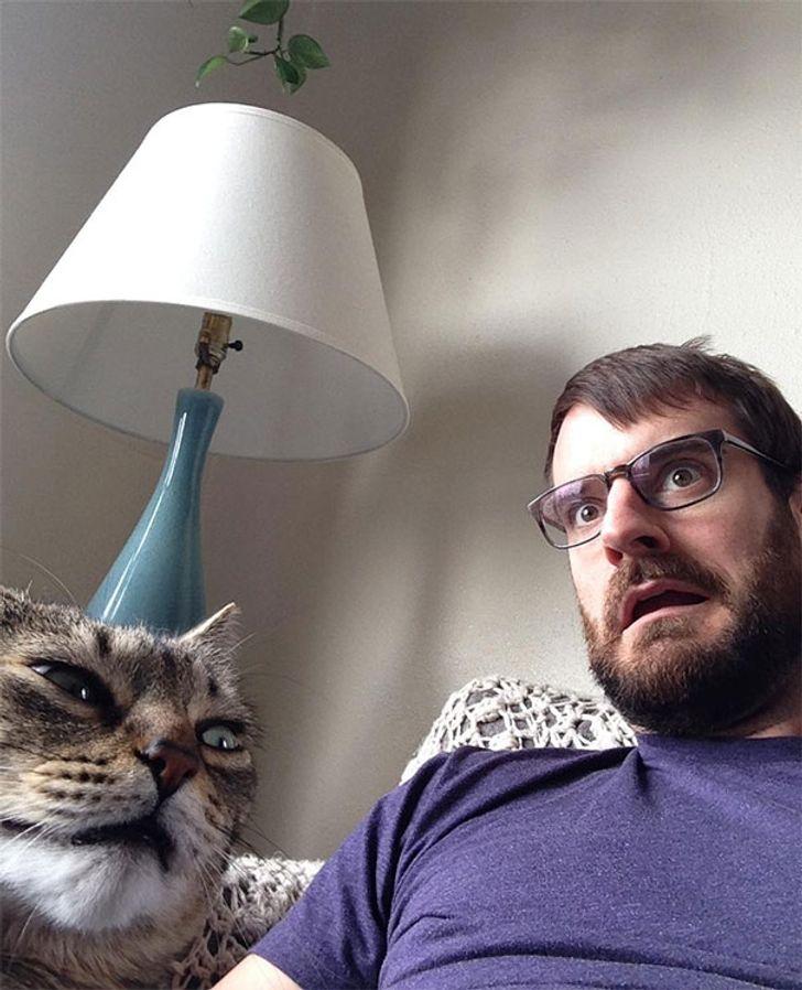 14 Ekspresi hewan saat diajak selfie ini lucu dan gemesin banget