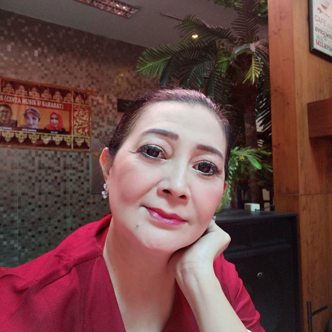 Dharty Manullang dengan outfit merah