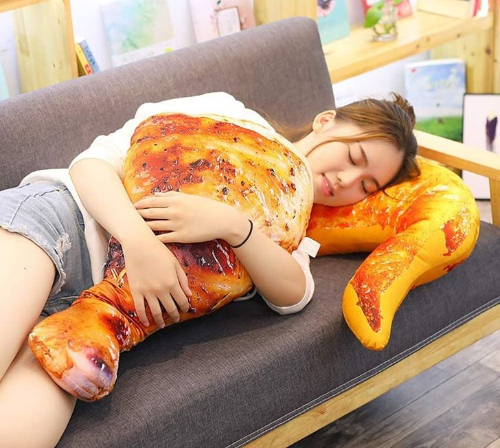 Bukannya tidur nyenyak, 15 bentuk bantal ini justru bikin lapar