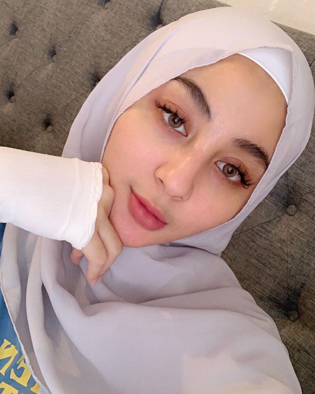 8 Inspirasi outfit hijab ala Margin Winaya, cantik dan anggun