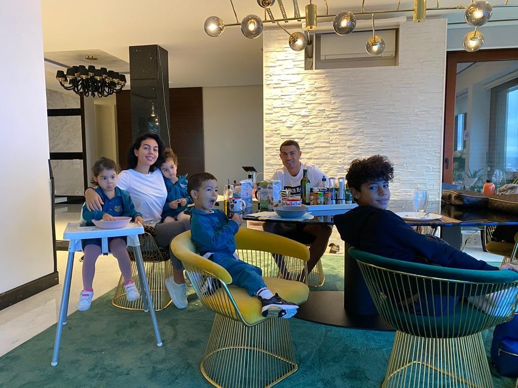 7 Potret keharmonisan keluarga Cristiano Ronaldo, kompak banget