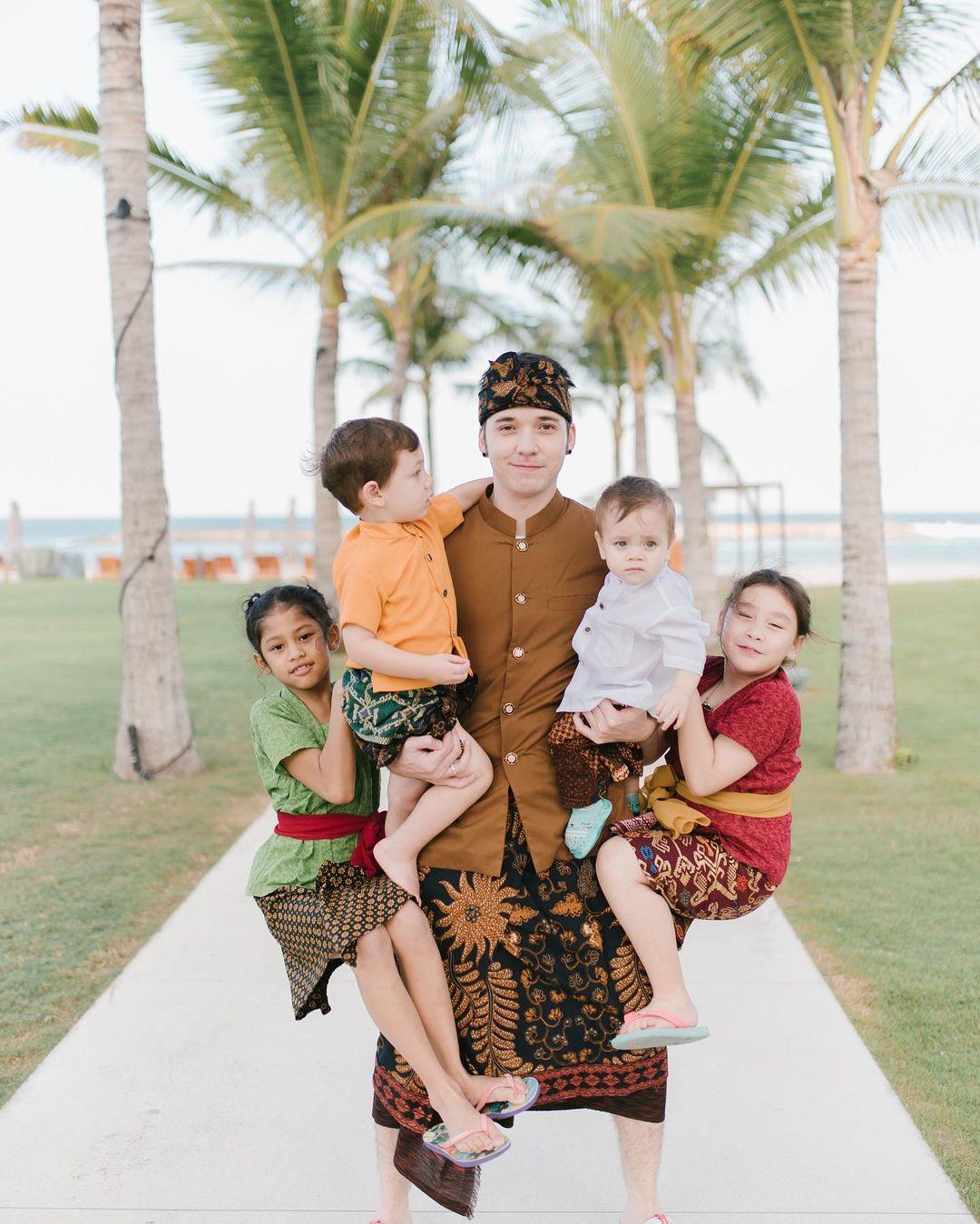 6 Potret keluarga Stefan William dalam berbagai momen, manis abis