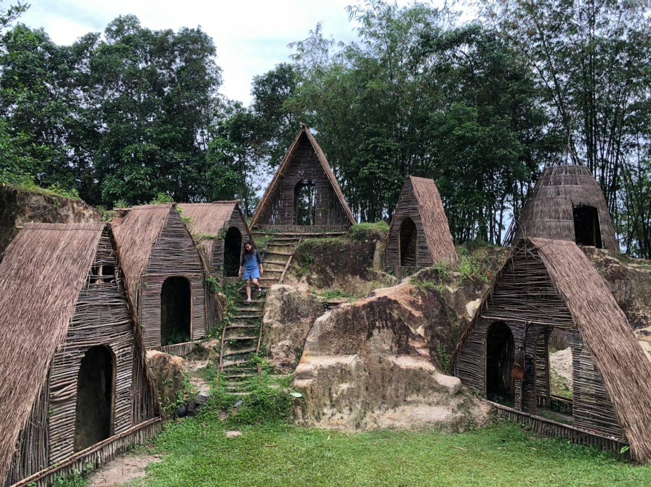 Rumah Hobbit di Tebing Koja