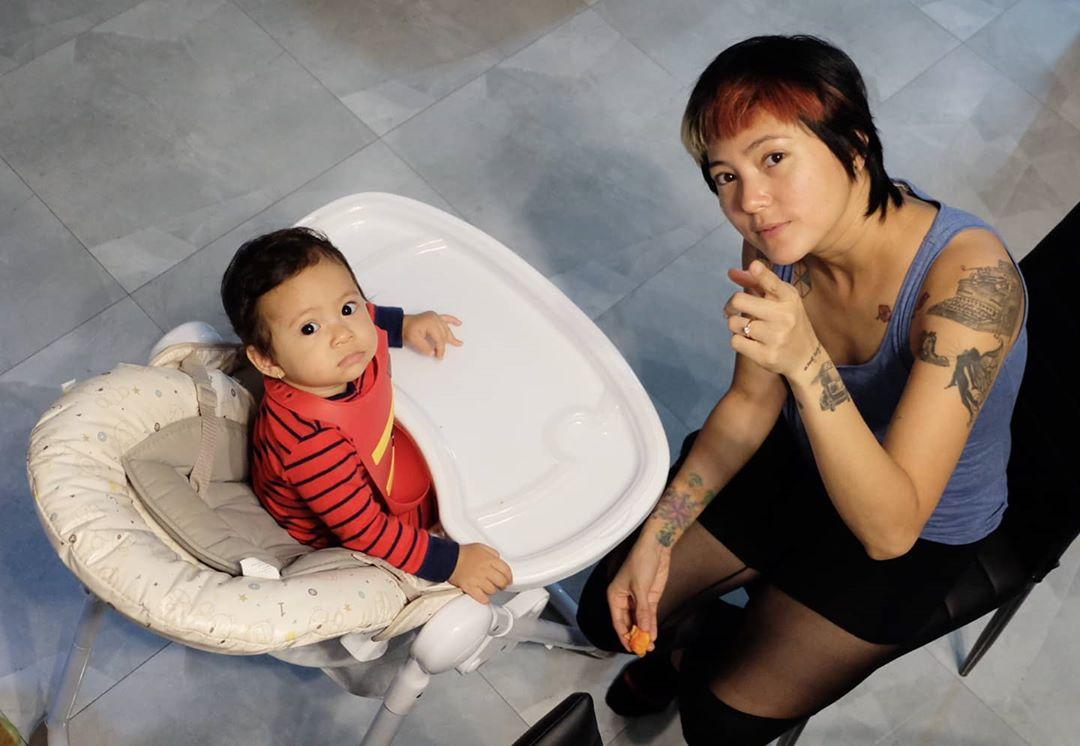 Poppy Sovia saat momong anak