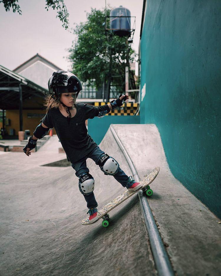 12 Potret keren Bjorka, anak Ringgo dan Sabai saat main skateboard