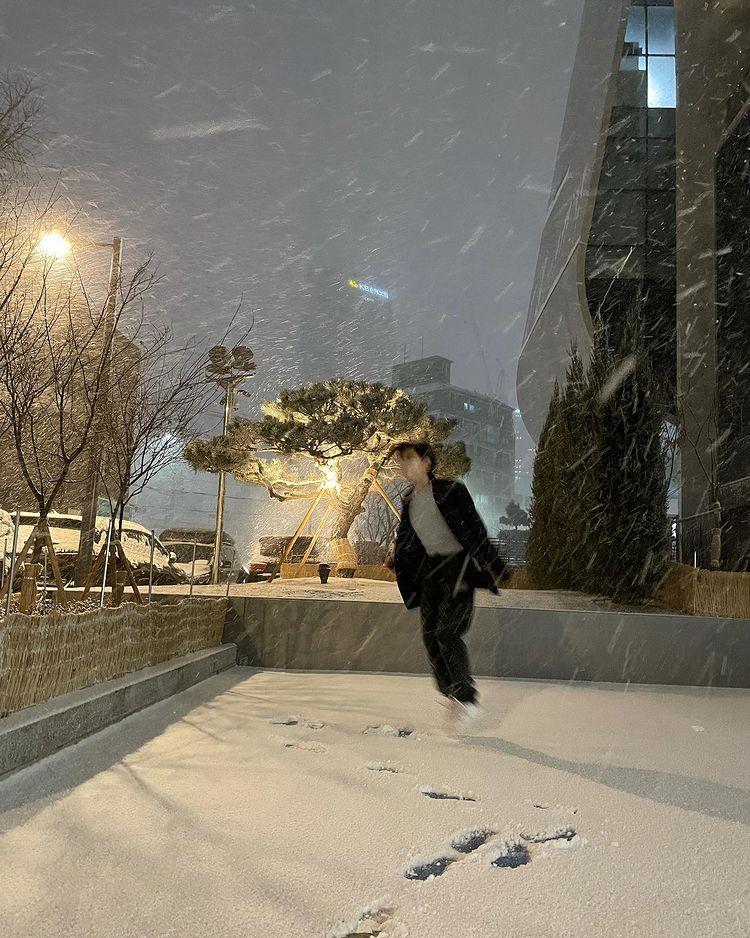 10 Potret menawan idol K-Pop saat menikmati salju saat awal tahun