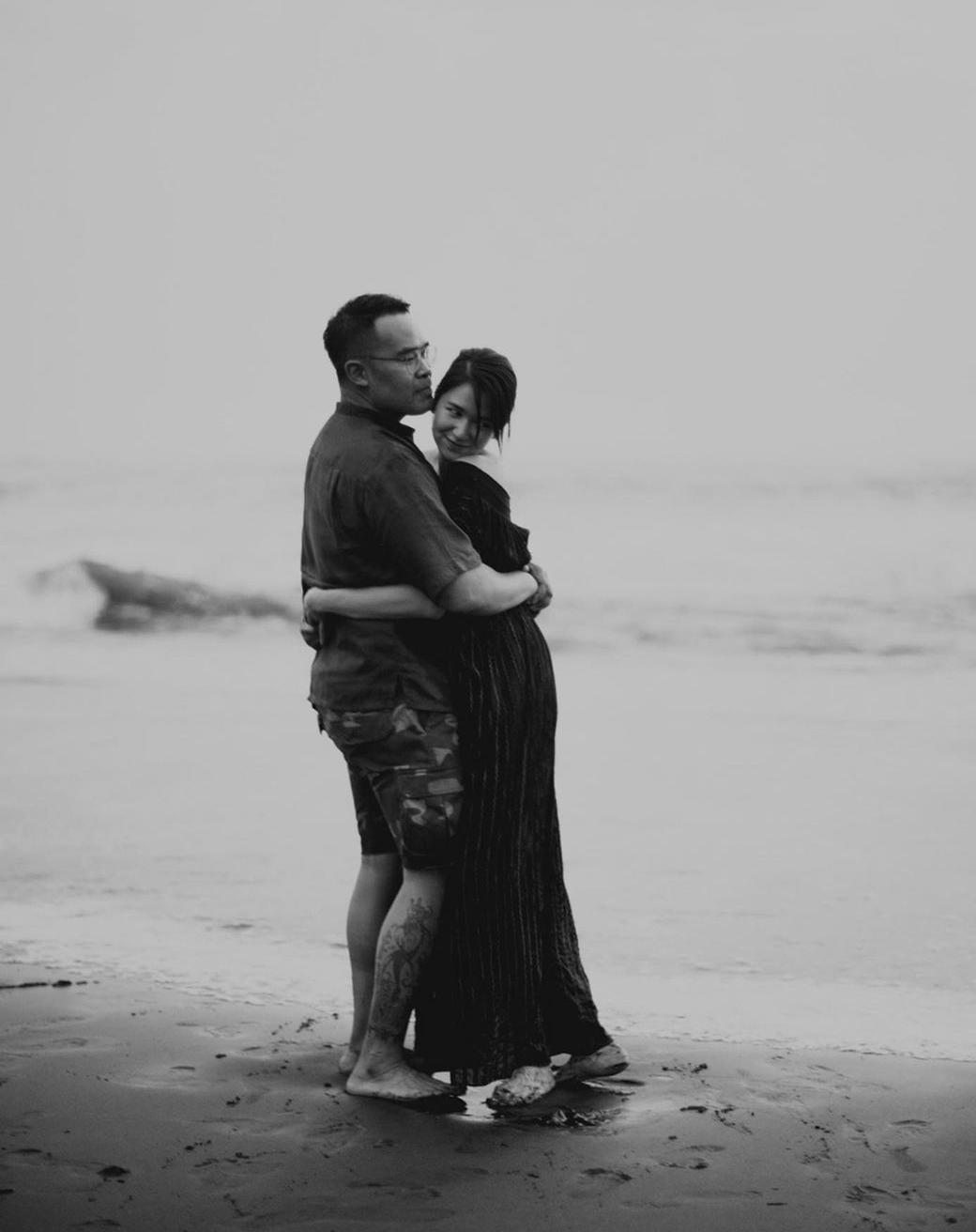 9 Foto mesra Laura Basuki dan sang suami