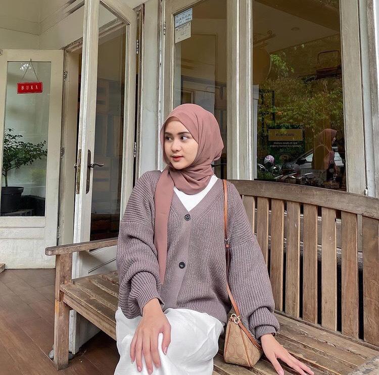 Tidak melulu memakai jilbab hitam dan putih