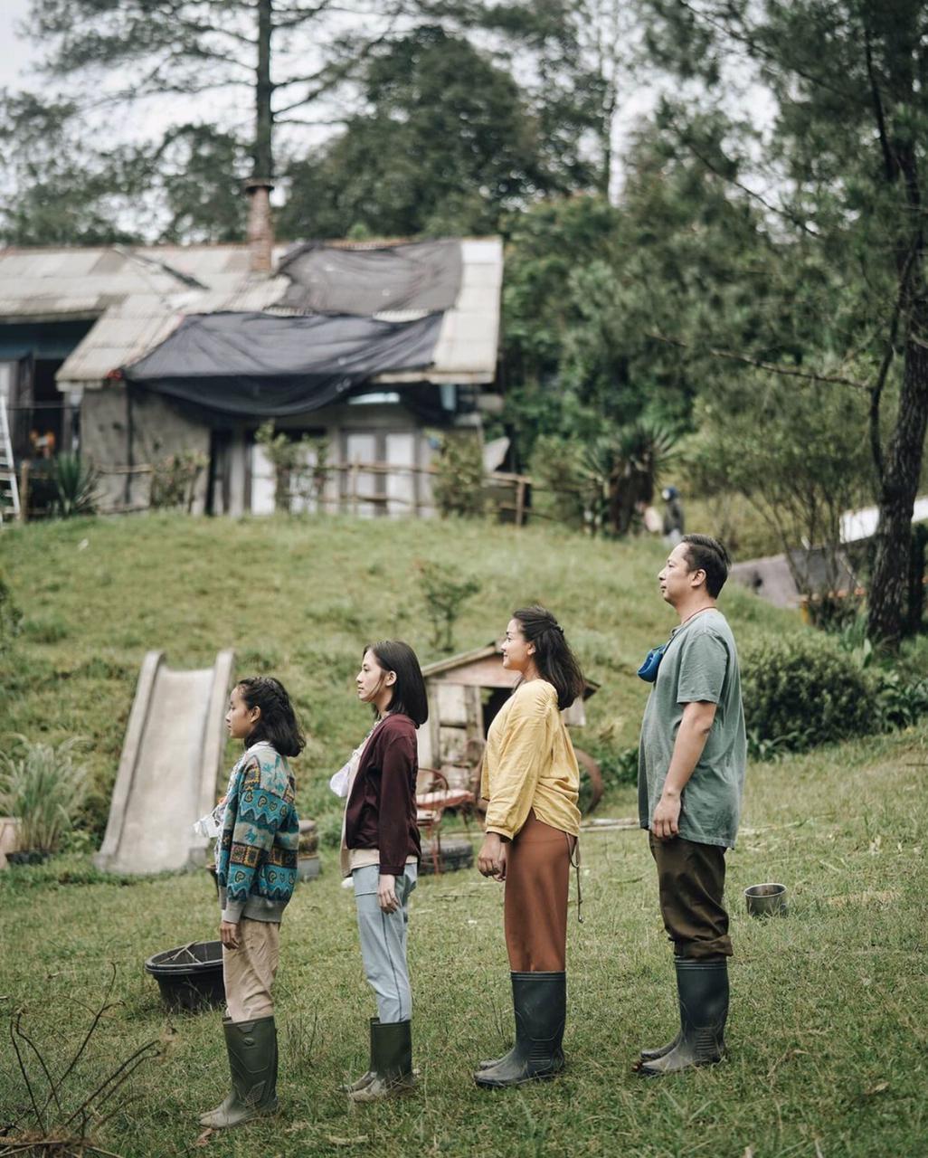 Selesai syuting, ini 8 potret akrab para pemain film Keluarga Cemara 2