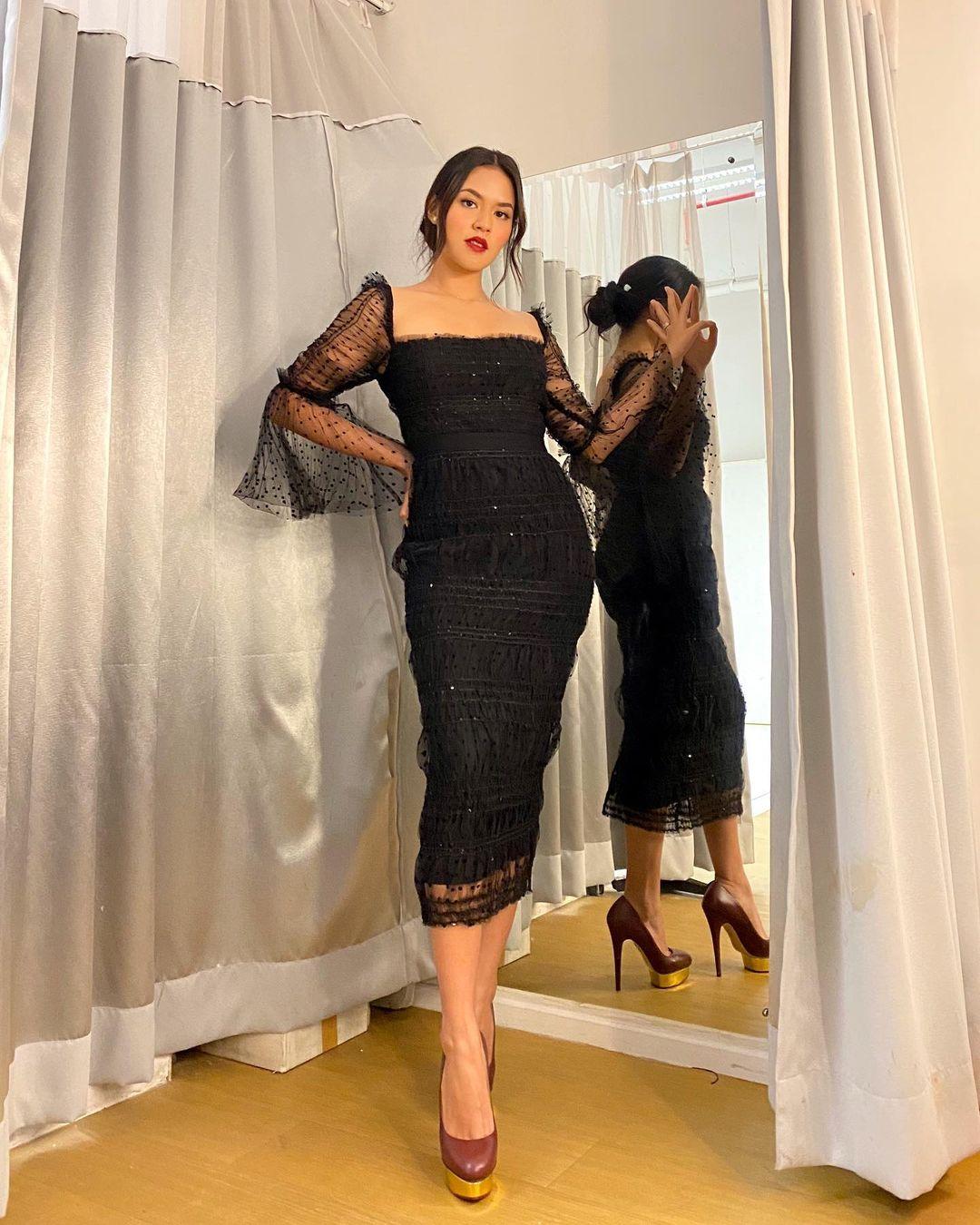 5 Potret Raisa mengenakan outfit serba hitam, modis dan elegan